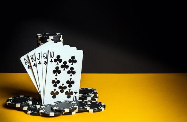 Pokerkarten mit royal flush-kombination. nahaufnahme von spielkarten und chips im pokerclub. kostenlose werbefläche