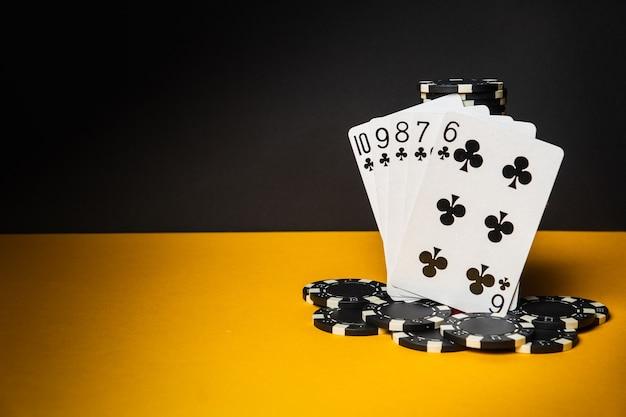 Pokerkarten mit straight flush-kombination. nahaufnahme von spielkarten und chips im pokerclub. kostenlose werbefläche