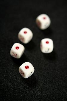 Pokerspiel würfelt über schwarzer tabelle