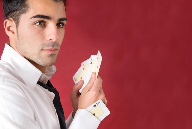 Pokerspieler mit assen und einem ass im ärmel