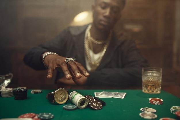 Pokerspieler nimmt chips und geld, casino. sucht