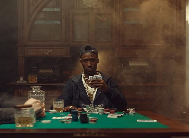 Pokerspieler spielt im casino. sucht