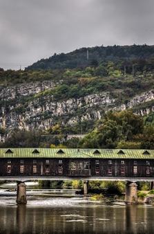 Pokrit am meisten oder überdachte brücke in lovech, bulgarien. historische touristenattraktion
