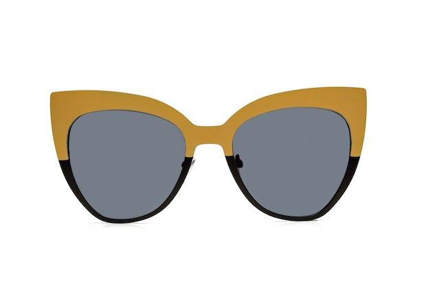 Polarisierte sonnenbrille für damen, modern und modisch. isoliert auf weißem hintergrund.