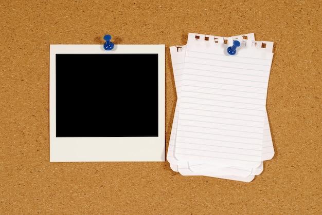 Polaroid-foto mit zerrissenen briefpapier