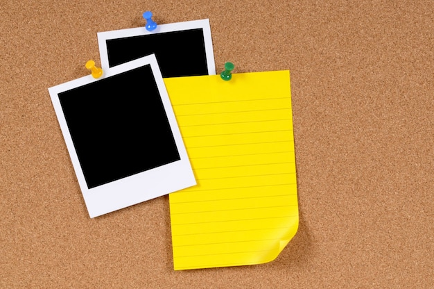 Polaroidfotos mit klebriger anmerkung