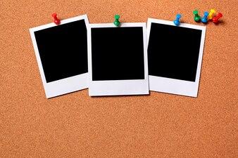 Polaroidfotos zu einem Kork Brett geheftet