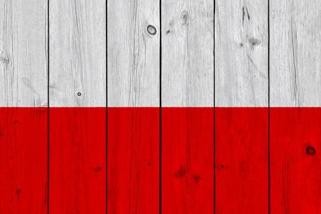 Polen-flagge gemalt auf alter hölzerner planke