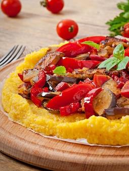 Polenta mit gemüse - maisgrießpizza mit tomate und aubergine