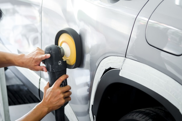 Polieren sie das auto, bereiten sie die oberfläche des autos vor, bevor sie die keramik beschichten