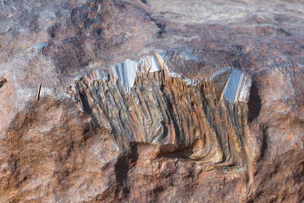 Polierte leuchtende oberfläche aus meteoriten, bestehend aus hochdichten schwermetallen, hauptsächlich eisen und nickel mit spuren von kobalt. nahansicht. hoba, namibia, afrika.