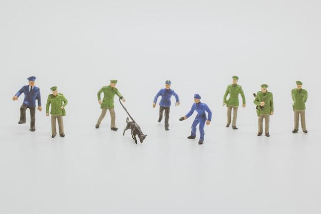 Polizeibeamte mit polizeihunden müssen die beweise beschnüffeln, um ihre arbeit zu erledigen