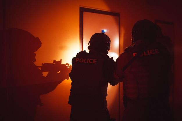 Polizeieinsatzeinheit in aktion während der festnahme eines terroristen
