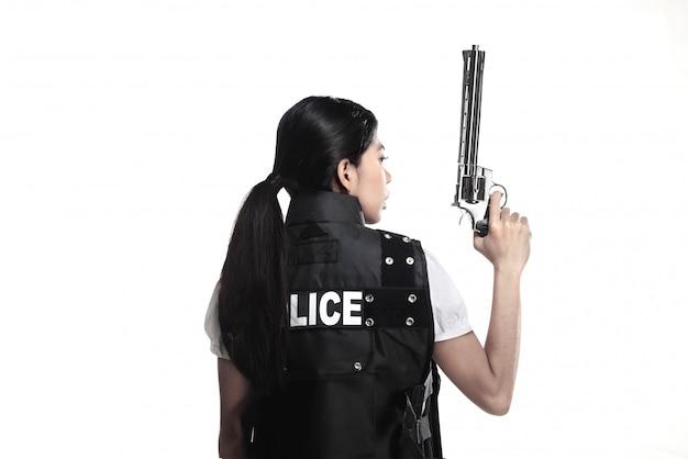Polizeifrau halten revolverpistole