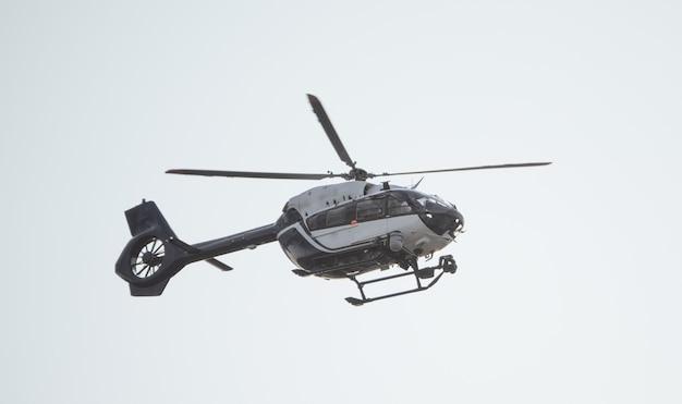 Polizeihubschrauber schwarz und weiß. modern, ausgestattet mit den neuesten geräten.