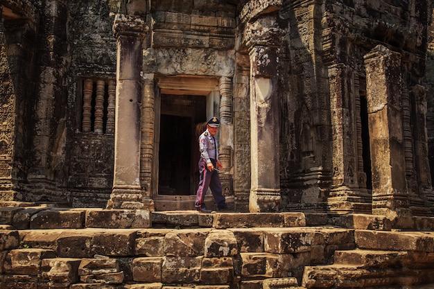 Polizist auf den ruinen eines alten tempels in angkor.