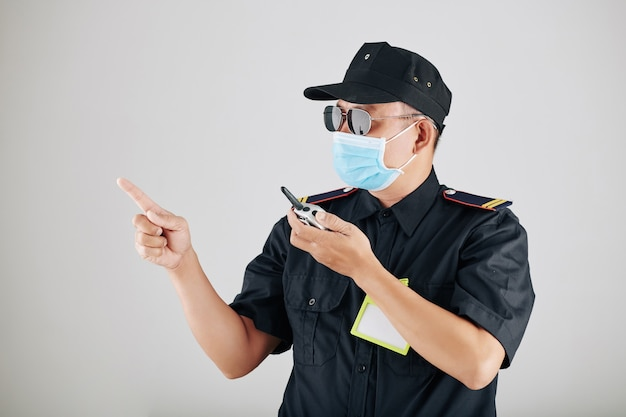 Polizist mit walkie-talkie