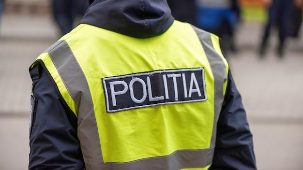 Polizist und menschen protestieren für vorgezogene neuwahlen vor dem gebäude des verfassungsgerichts