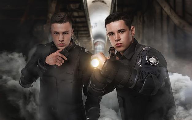 Polizisten mit waffen in uniform und körperschutz