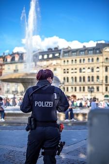 Polizistin auf patrouille in den straßen der stadt.