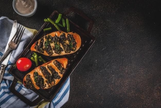 Pollo a fisarmonica mit ricotta und spinaci, hähnchenfilet, überbacken mit käse und spinat