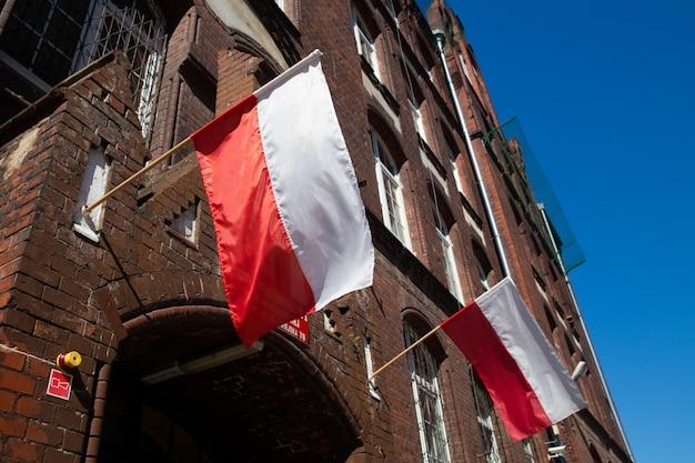 Polnische flaggen am gebäude