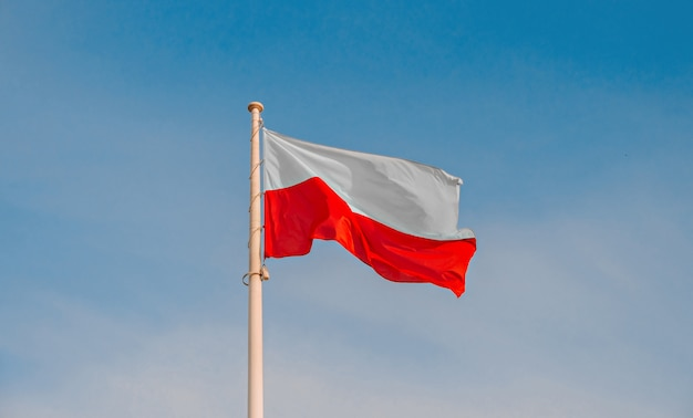 Polnische nationalflagge am himmel