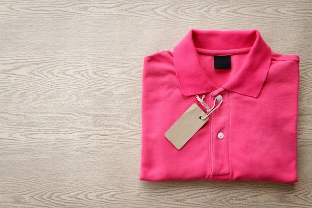 Polo-shirt gefaltet und mit dem preisschild