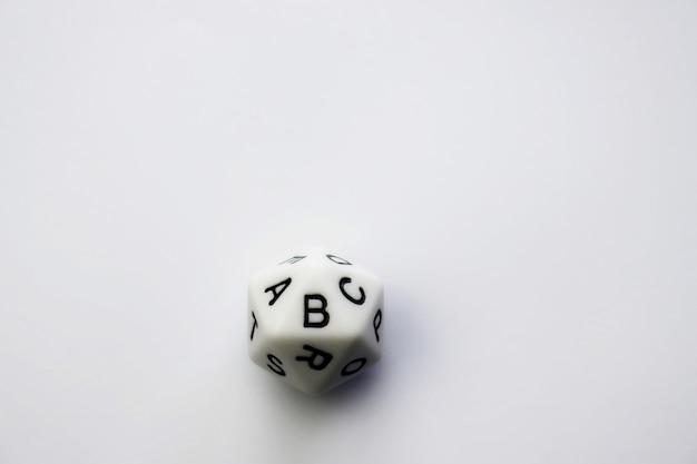 Polyeder mit 20 gesichtern und schwarzen buchstaben auf weißem hintergrund. geometrische figur ikosaeder oder reguläres konvexes polyeder mit 20 flächen. Premium Fotos