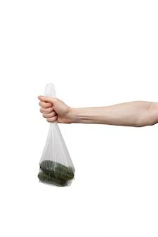 Polyethylenbeutel in der hand lokalisiert auf weißem hintergrund