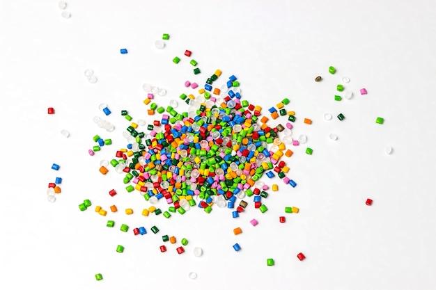 Polymerfarbstoff in auf weiß isoliertem kunststoffgranulat