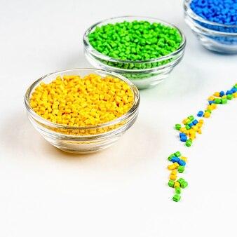 Polymerfarbstoff-kunststoffpellets in schalen