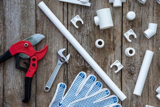 Polypropylenrohre und verschiedene kupplungen mit handschuhen und teilen.