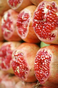 Pomegranates mit einer in scheiben geschnittenen stück