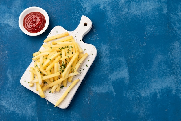 Pommes frites auf blau