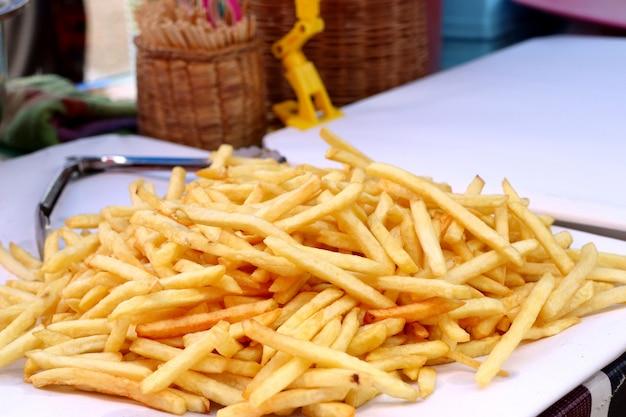 Pommes frites auf der straße essen
