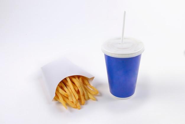 Pommes-frites des schnellimbisses und alkoholfreies getränk lokalisiert auf weißem hintergrund.