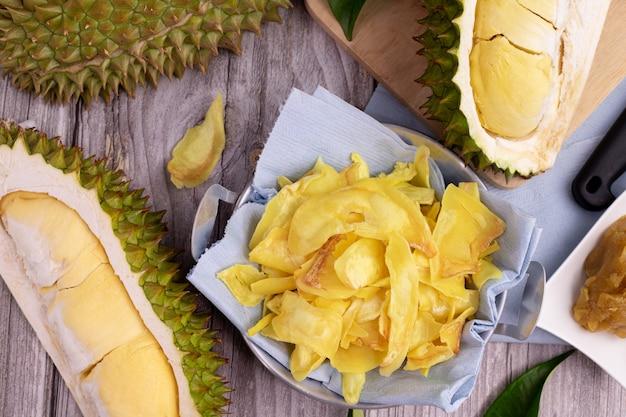 Pommes frites durian und geschnittene durianfrucht auf küchentisch.