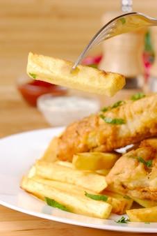 Pommes frites, fisch, dips und gewürze