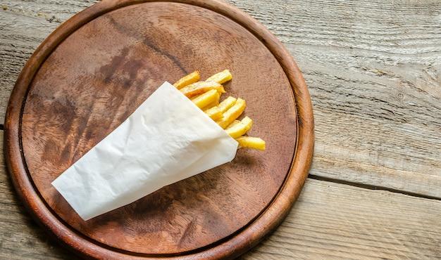 Pommes frites in einer papierhülle