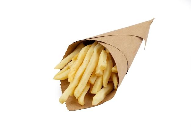 Pommes frites in einer papierumhüllung