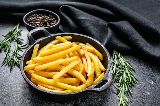 Pommes frites in einer pfanne, bratkartoffeln