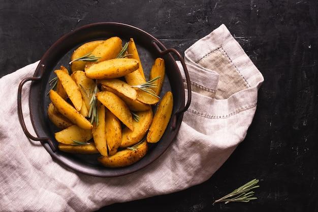 Pommes frites in einer schüssel, gegrillte kartoffel