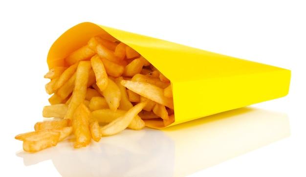 Pommes frites in papiertüte lokalisiert auf weiß