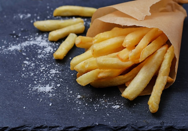 Pommes frites in papierverpackung