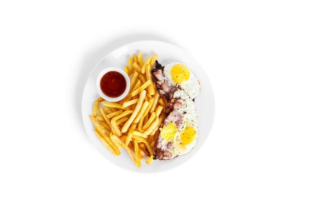 Pommes-frites-kartoffeln mit spiegeleiern isoliert auf weißem hintergrund. gebratene kartoffeln isoliert. foto in hoher qualität