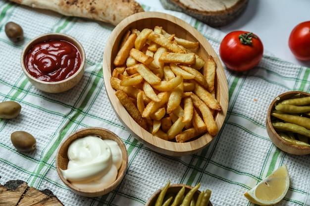 Pommes frites mayonaonaise ketchup würzigen pfeffer tomaten zitrone