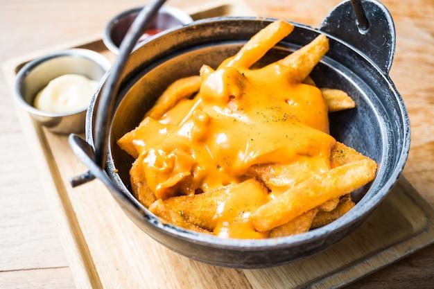 Pommes frites mit käse an der spitze