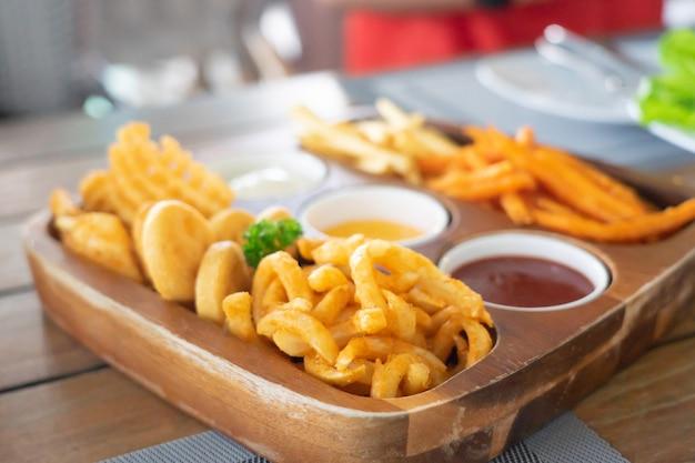 Pommes frites mit käse und paprika