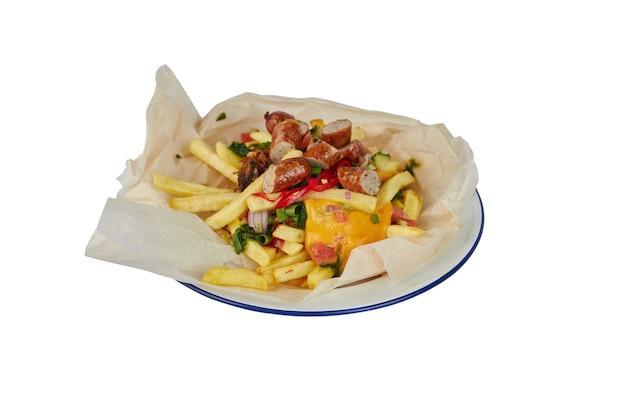 Pommes frites mit käse und würstchen isoliert auf weiß